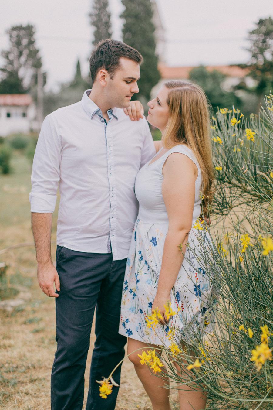 zarocno fotografiranje ob morju_seaside tuscany olive tree engagement couple session (14)