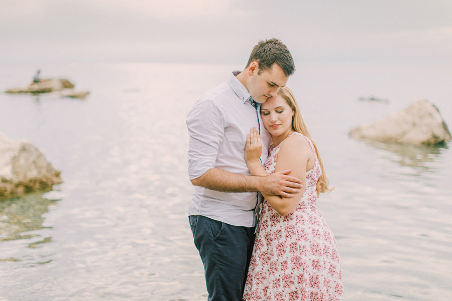 zarocno fotografiranje ob morju_seaside tuscany olive tree engagement couple session (17)