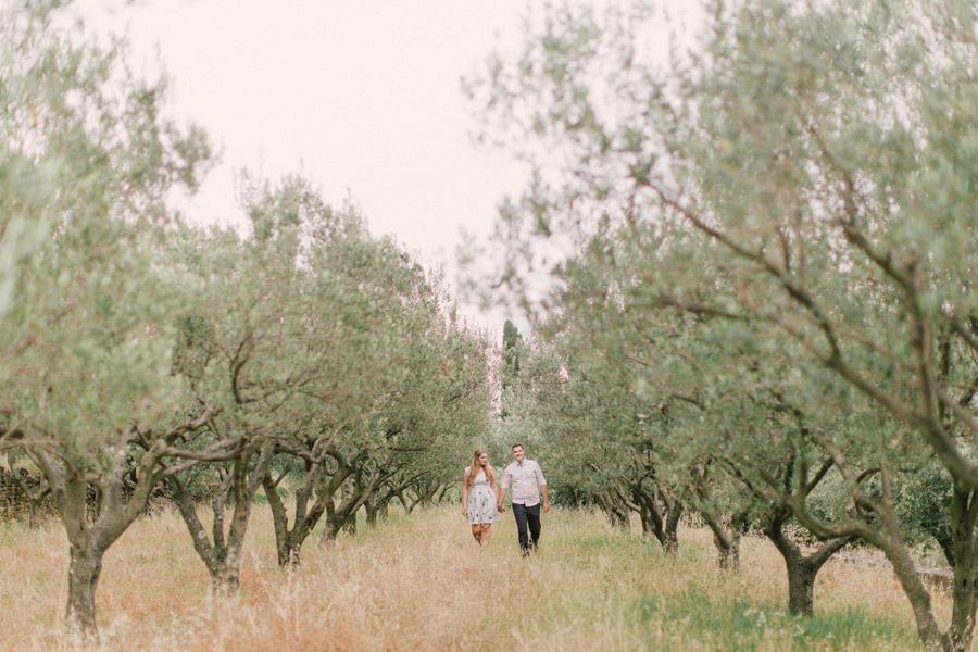 zarocno fotografiranje ob morju_seaside tuscany olive tree engagement couple session (9)